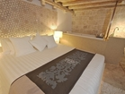 Residence India, 115m2 - bedroom with a bath tub and stone floors